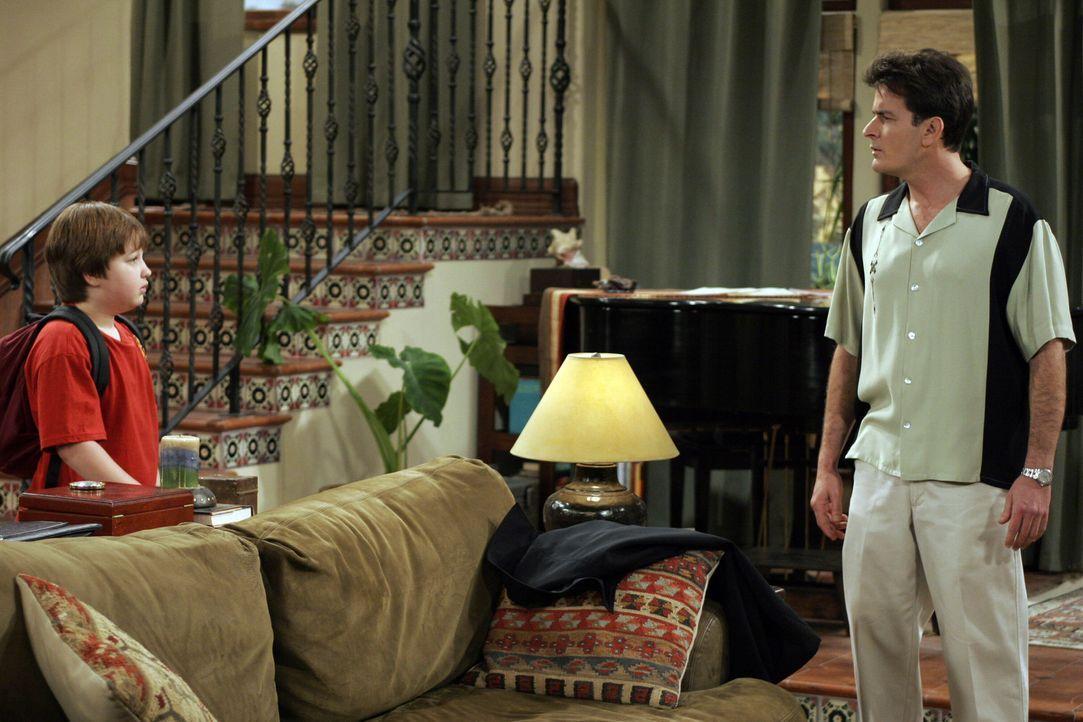Da Alan die Steuererklärung machen muss, kümmert sich Charlie (Charlie Sheen, r.) um Jake (Angus T. Jones, l.) ... - Bildquelle: Warner Bros. Television