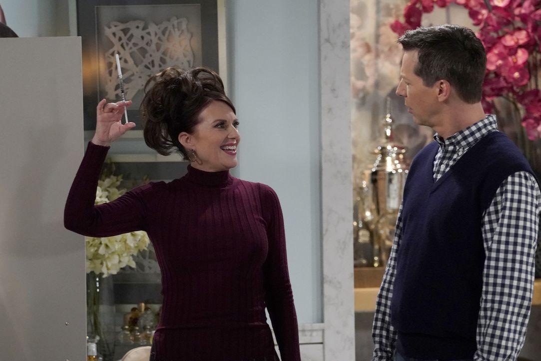 Karen (Megan Mullally, l.) hat ganz besondere Tipps für Jack (Sean Hayes, r.), damit auch er bei den jungen Männern wieder besser ankommt ... - Bildquelle: Chris Haston 2017 NBCUniversal Media, LLC