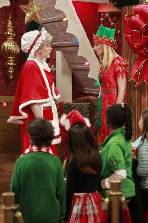 Verkleidet als Frau des Weihnachtsmannes und Weihnachtselfe, um Kinder in einem Kaufhaus zu beschenken, versuchen die Freundinnen Max (Kat Dennings,... - Bildquelle: Warner Brothers