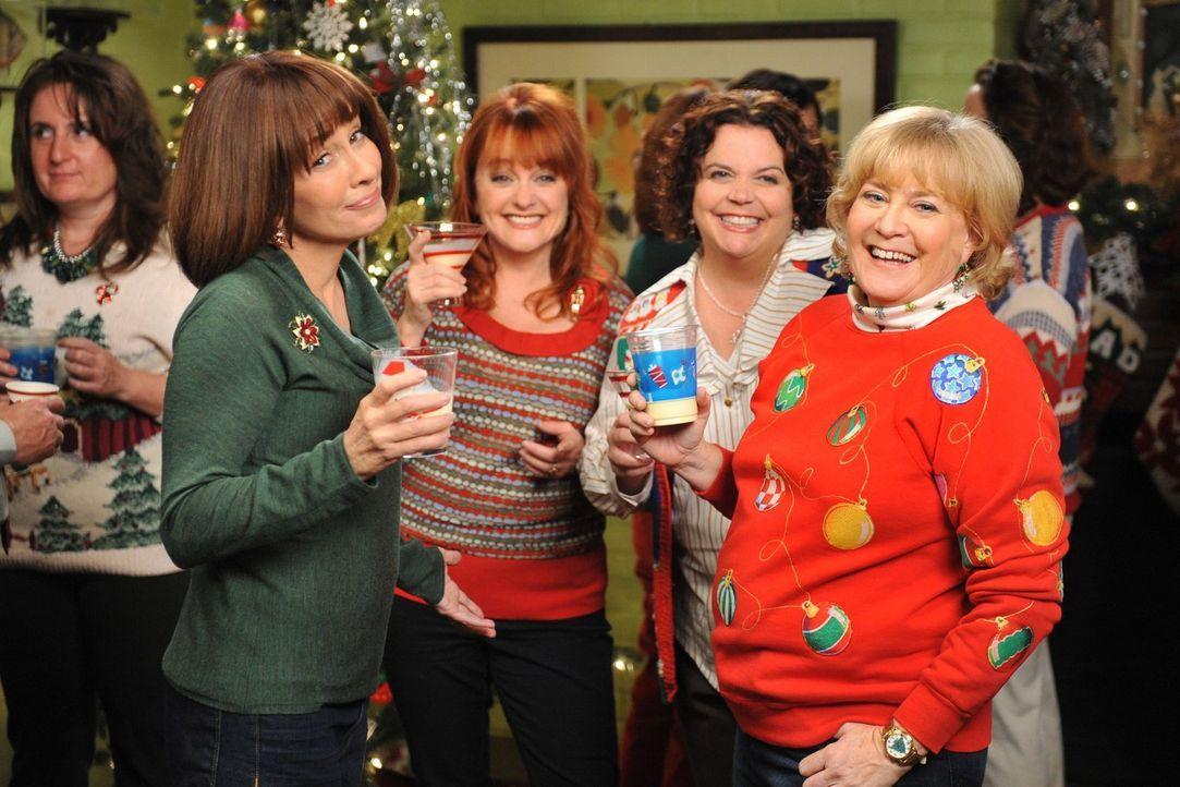 Frankie (Patricias Heaton, l.), Paula (Julie Brown, 2.v.l.), Nancy (Jen Ray, 2.v.r.) und Darrin's Mom (Ginny McMath, r.) genießen die Weihnachtsfeie... - Bildquelle: Warner Brothers