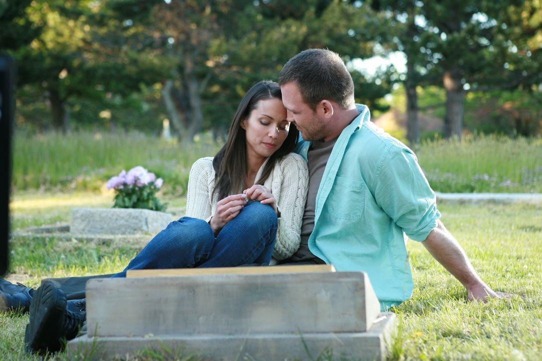 Als Jenny (Lexa Doig, l.) auf dem Friedhof auf Andreas Bruder Peter (Ty Olsson, r.), der nach einem langen Auslandsaufenthalt zurückgekehrt ist, tri...