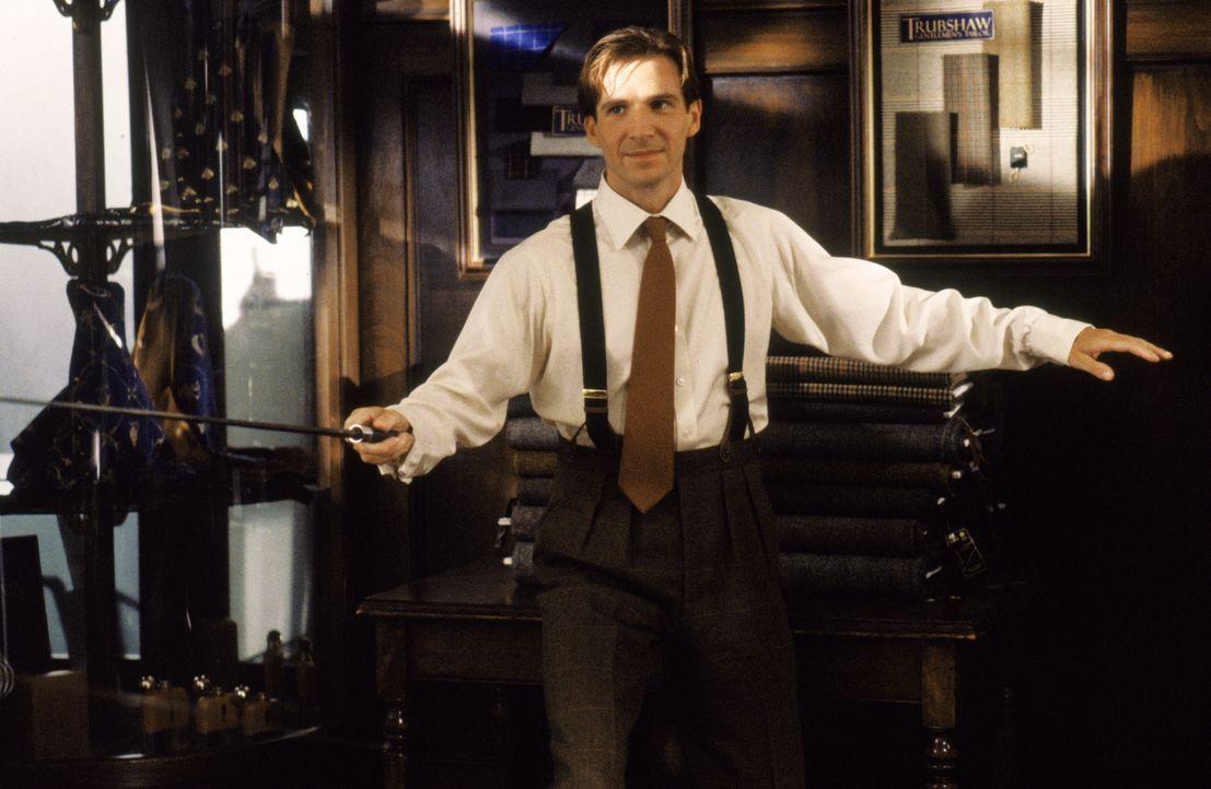 Mit dem Spezialagenten John Steed (Ralph Fiennes) ist nicht zu spaßen! - Bildquelle: Warner Brothers International Television Distribution Inc.