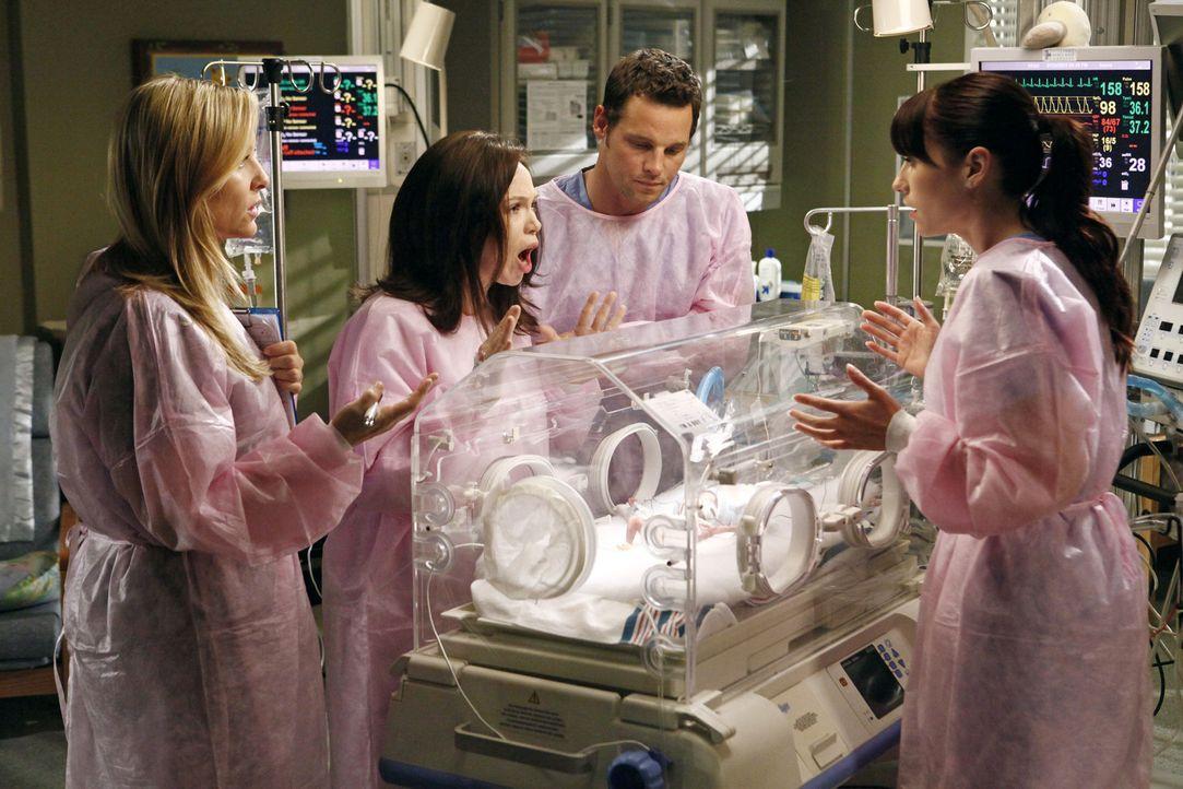 Während Cristina am Owens Treue zweifelt, kümmern sich Alex (Justin Chambers, 2.v.r.), Lexie (Chyler Leigh, r.) und Arizona (Jessica Capshaw, l.)... - Bildquelle: ABC Studios