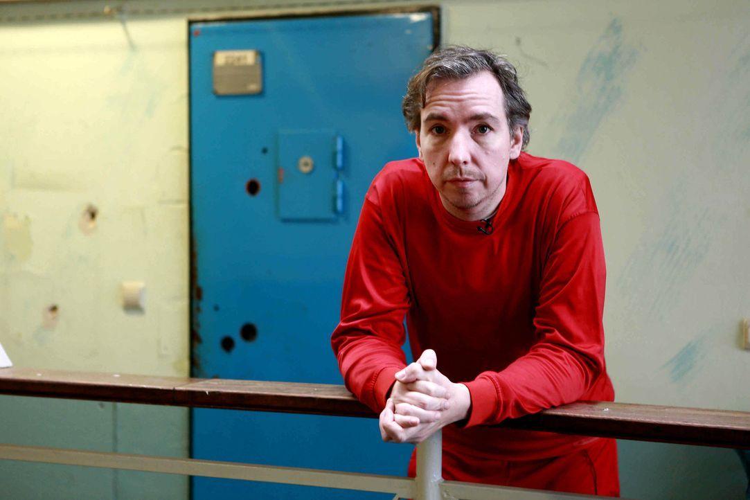 In eine Holzkiste gesperrt, wird Olli in ein Gefängnis verfrachtet. Ohne Vorbereitung muss er sich in seiner neuen Situation zurechtfinden ... - Bildquelle: Katja Renner ProSieben