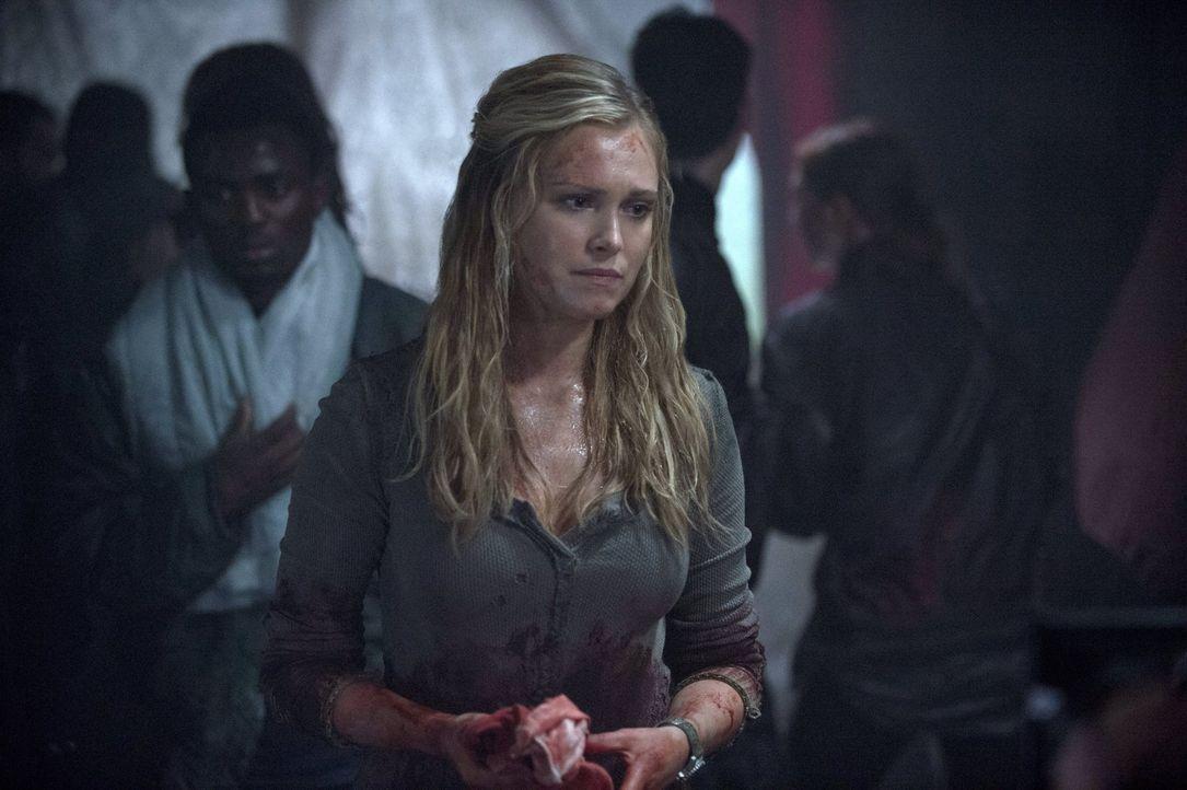 Während Clarke (Eliza Taylor) auf der Erde um Finns Leben kämpft, kämpft ihre Mutter auf dem Schiff für ihre Überzeugung, dass ihre Kinder auf der E... - Bildquelle: Warner Brothers
