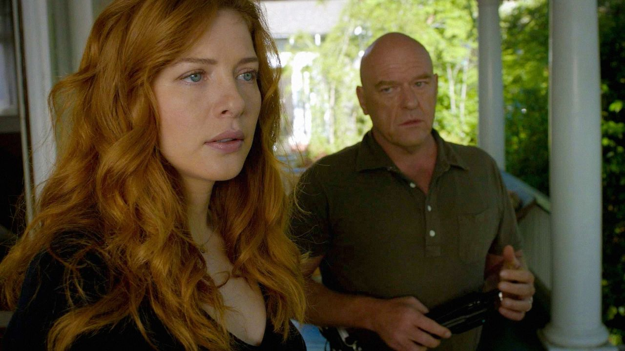 Noch ahnt Julia (Rachelle LeFevre, l.) nicht, was für einen fatalen Entschluss Big Jim (Dean Norris, r.) für alle Bewohner von Chester's Mill getrof... - Bildquelle: 2014 CBS Broadcasting Inc. All Rights Reserved.