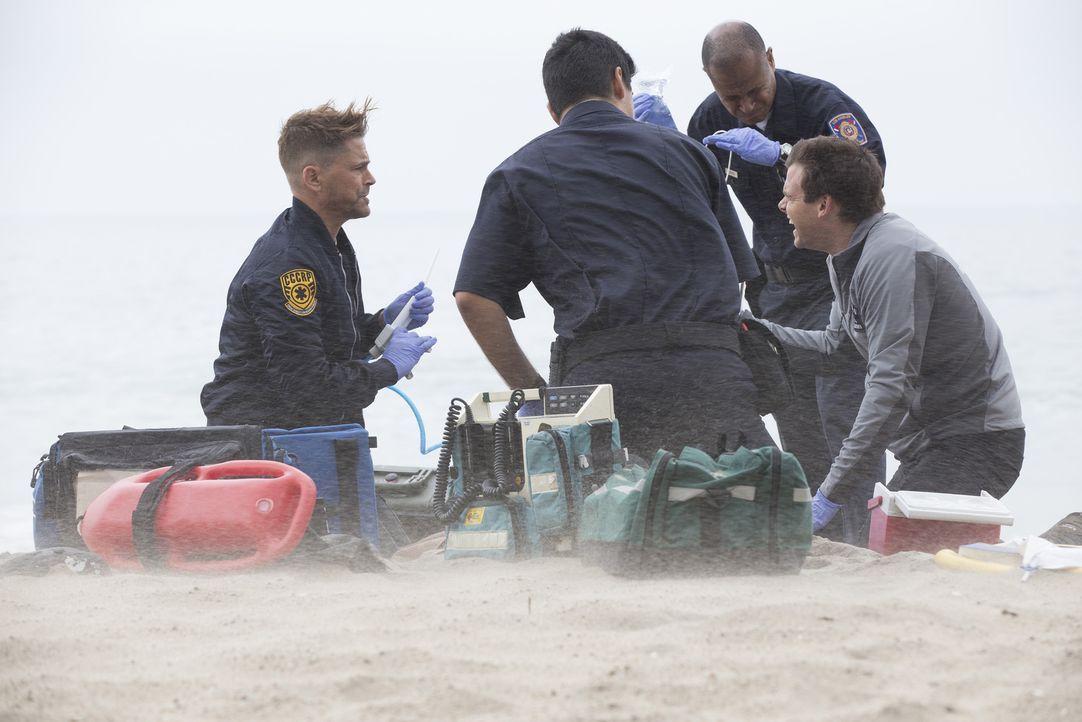 Neuling Willis (Rob Lowe, l.) und Dr. Leighton (Tommy Dewey, r.) werden nach Malibu Beach gerufen, wo Opfer einer Haiattacke kurz vor dem Verbluten... - Bildquelle: Paul Sarkis 2015 ABC Studios