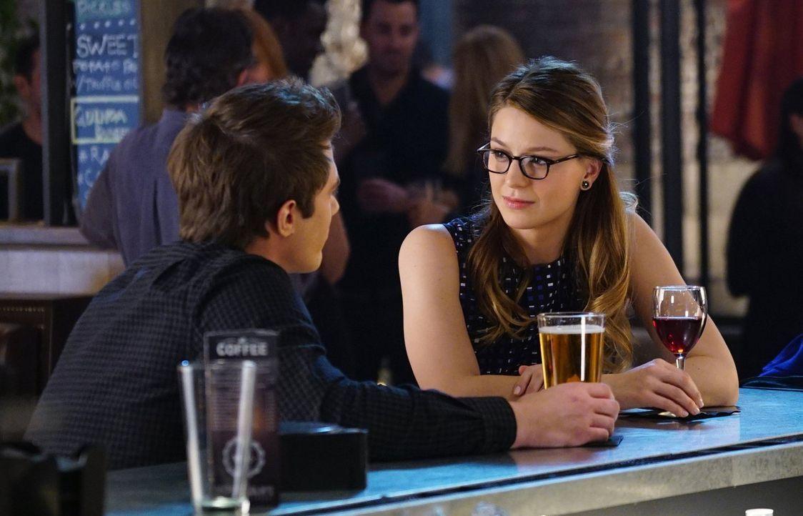 Zwischen Kara (Melissa Benoist, r.) und Adam (Blake Jenner, l.) bahnt sich eine zarte Beziehung an, doch Karas Pflichten als Supergirl machen es für... - Bildquelle: 2015 Warner Bros. Entertainment, Inc.