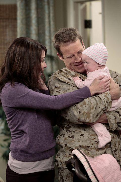 Sind wieder glücklich vereint: Chris (Mark Valley, r.) und Sloane (Chelsea Handler, l.) ... - Bildquelle: Warner Bros. Television