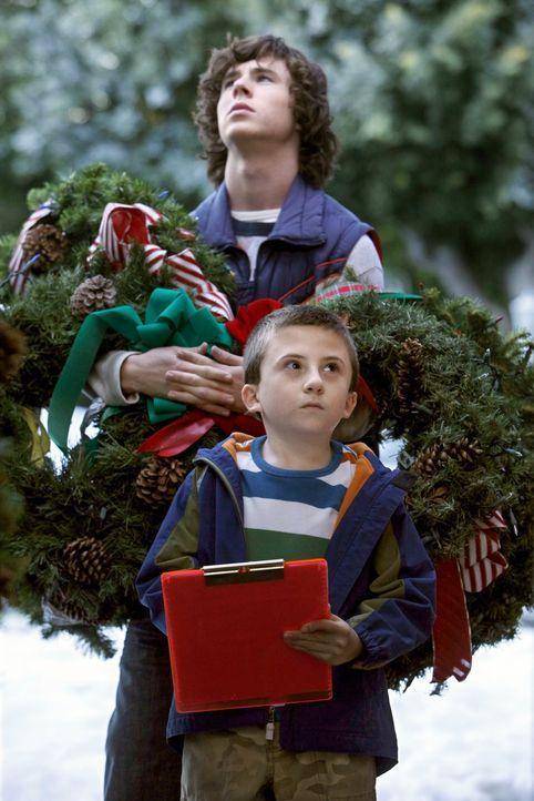 Sollen sich ein Beispiel an anderen Geschwistern nehmen und aufhören zu streiten: Axl (Charlie McDermott, hinten) und Brick (Atticus Shaffer, vorne)... - Bildquelle: Warner Brothers