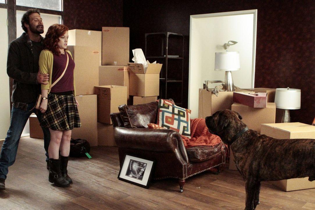 Tessas Mutter hat sich aus dem Staub gemacht, und so kehrt Tessa (Jane Levy, r.) zurück zu George (Jeremy Sisto, l.) - und dem neuen, vierbeinigen F... - Bildquelle: Warner Brothers