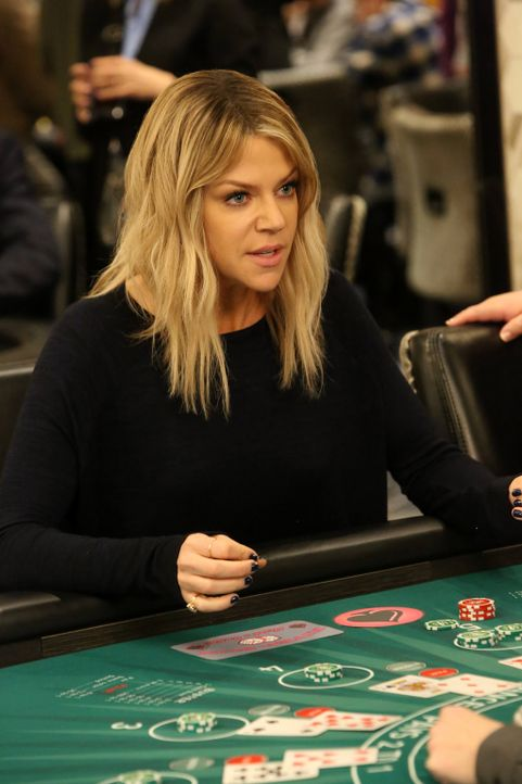 Als Mickey (Kaitlin Olson) einmal Blut geleckt hat, kann sie mit dem Spielen im Casino nicht mehr aufhören ... - Bildquelle: 2017 Fox and its related entities. All rights reserved.