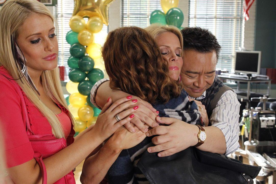 Dalia (Carly Chaikin, l.), Dallas Royce (Cheryl Hines, 2.v.r.) und Mr. Wolf (Rex Lee, r.) sind stolz auf Tessa (Jane Levy, 2.v.l.), die eine Wohltä... - Bildquelle: Warner Bros. Television