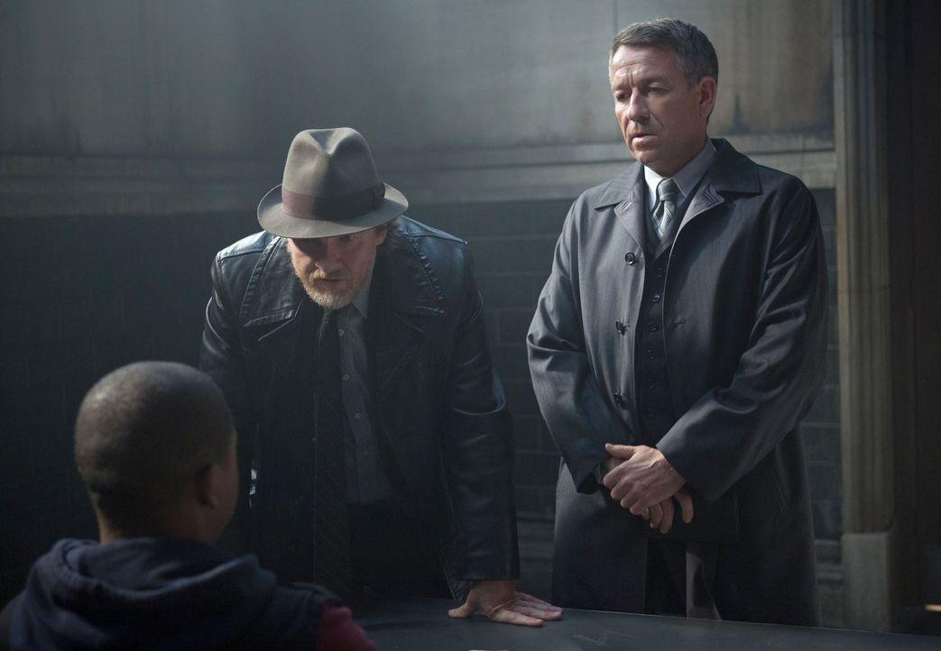 Auftragskiller sind hinter Selina und Bruce her, was sie dazu bringt, sich im Gothamer Untergrund zu verstecken. Alfred (Sean Pertwee, r.) hilft der... - Bildquelle: Warner Bros. Entertainment, Inc.