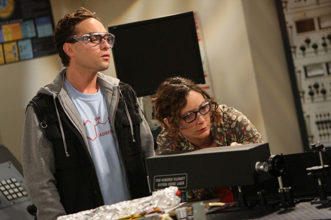 Um über Penny hinwegzukommen, kommt Leonard (Johnny Galecki, l.) auf die Idee, seine Kollegin Leslie (Sara Gilbert, r.) zu fragen, ob sie mit ihm a... - Bildquelle: Warner Bros. Television