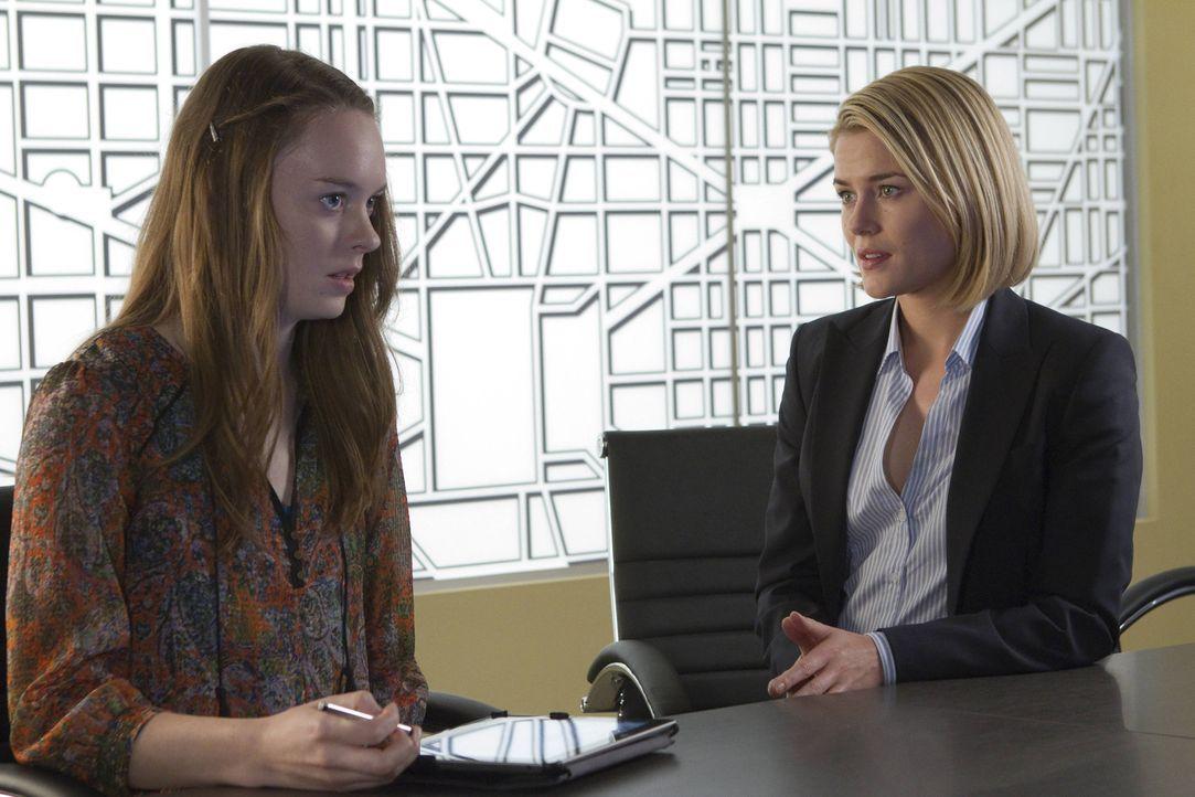 Nachdem Sharlene Wirth (Annie Munch, l.) von den Entführern freigelassen wurde, muss sie sich dem Verhör von FBI-Agentin Susie Dunn (Rachael Taylor,... - Bildquelle: 2013-2014 NBC Universal Media, LLC. All rights reserved.