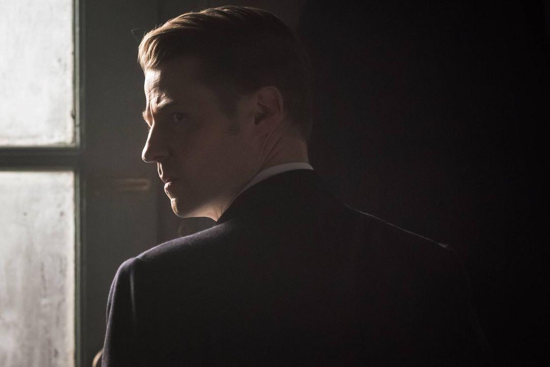 Bruce und Selina versuchen damit klarzukommen, dass ihre Selinas Mutter in Gothan aufgetaucht ist. Währenddessen setzt Falcone einen Killer auf Gord... - Bildquelle: Warner Brothers