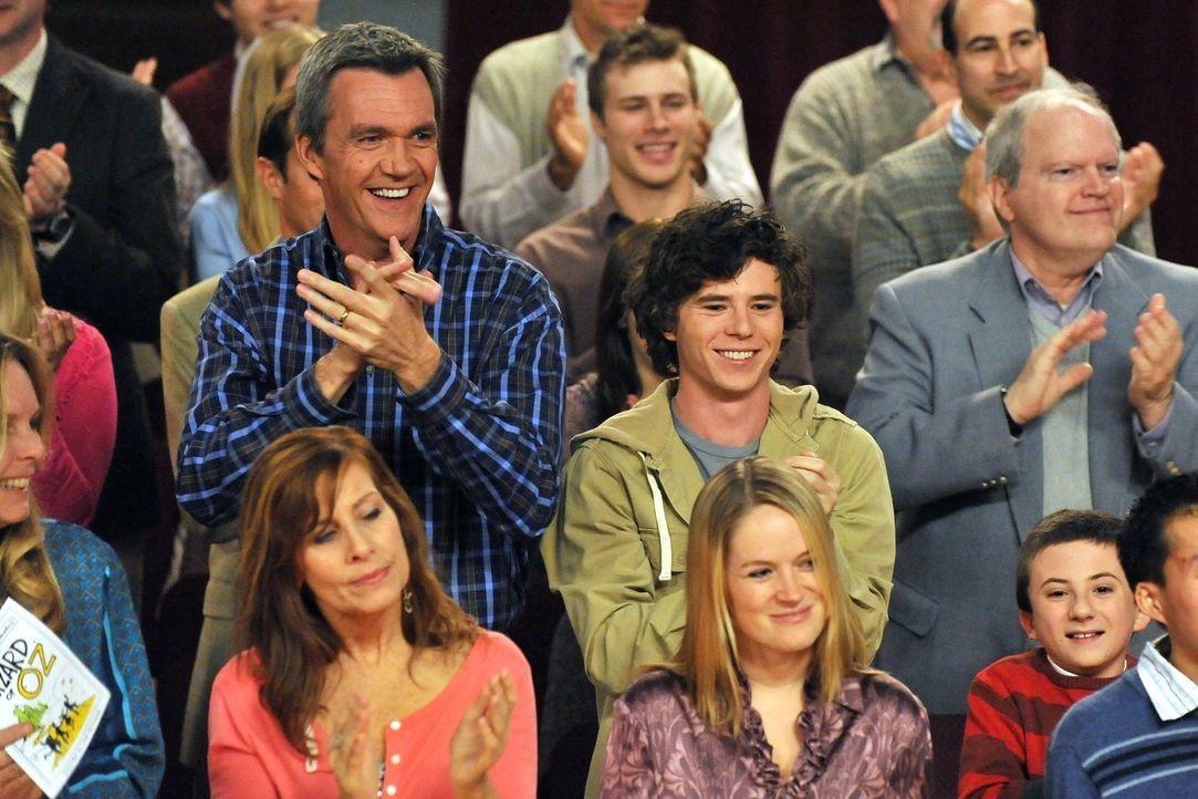 Mike (Neil Flynn, mittlere Reihe l.), Axl (Charlie McDermott, mittlere Reihe M.) und Brick (Atticus Shaffer, mittlere Reihe r.) bejubeln den Auftrit... - Bildquelle: Warner Brothers