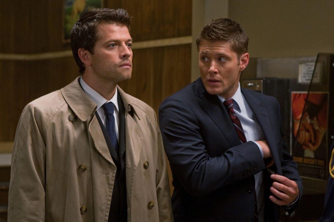 Dean (Jensen Ackles, r.) versucht die Apokalypse zu bekämpfen und arbeitet mit Castiel (Misha Collins, l.) Hand in Hand ... - Bildquelle: Warner Brothers