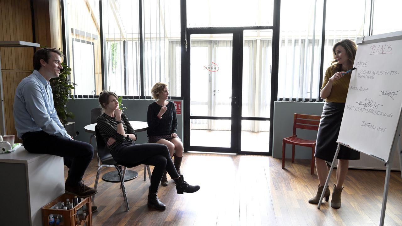 (v.l.n.r.) Philipp Stenzel (Alexander Khuon); Yvonne Papadakis (Natalia Belitski); Renate Kimmlinger (Mira Partecke); Eva Jordan (Katrin Bauerfeind) - Bildquelle: Christiane Pausch ProSieben / Christiane Pausch