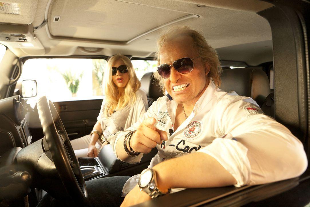Mit dem Hummer zum Shoppen: Carmen (Martina Hill, l.) und Robert (Martin Klempnow, r.) Geiss feiern ihren Hochzeitstag ... - Bildquelle: Kai Schulz ProSieben / Kai Schulz
