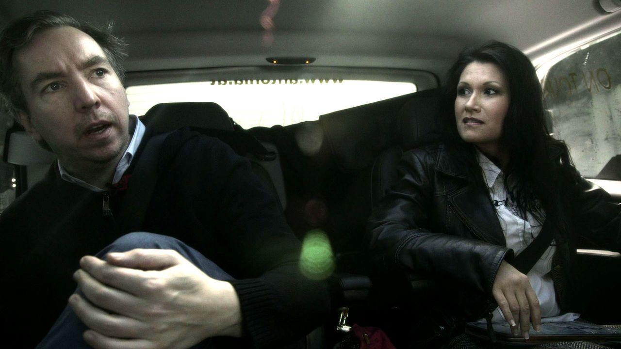 In eine Holzkiste gesperrt, wird Olli (l.) nach Schladming verfrachtet, um Antonia aus Tirol (r.) bei einem Auftritt zu unterstützen. Ohne Vorbereit... - Bildquelle: ProSieben