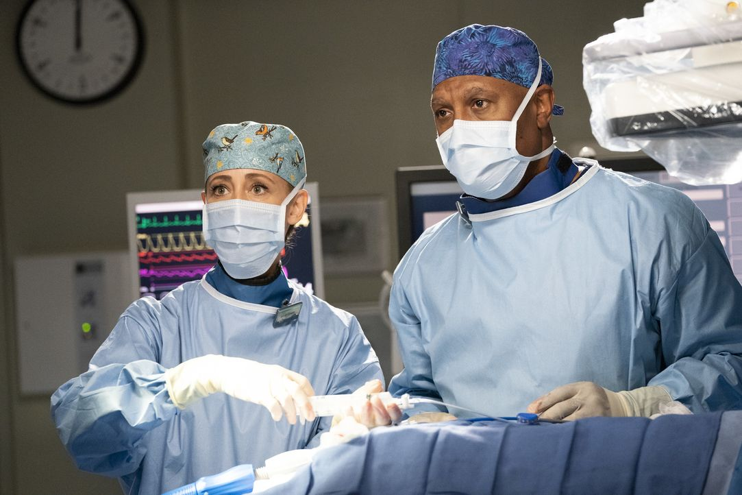 Dr. Teddy Altman (Kim Raver, l.); Dr. Richard Webber (James Pickens Jr., r.) - Bildquelle: Mitch Haaseth ABC Studios