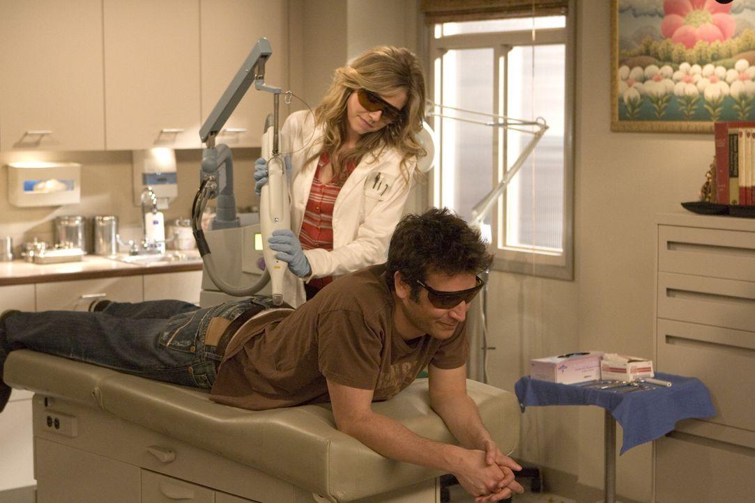 Ted (Josh Radnor, r.) hat sich in die Hautärztin Stella (Sarah Chalke, l.) verguckt, die ihm in zehn Sitzungen ein Tattoo entfernen soll - wird er... - Bildquelle: 20th Century Fox International Television