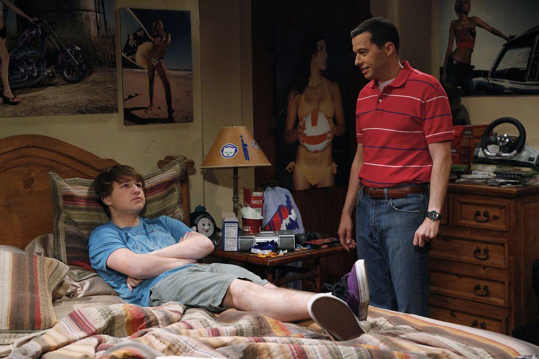 Sind von Charlies Aktivitäten etwas angenervt: Jake (Angus T. Jones, l.) und Alan (Jon Cryer, r.) ... - Bildquelle: Warner Bros. Television