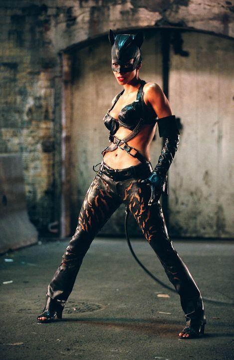 Durch einen magischen Zauber wird aus Patience Price Catwoman (Halle Berry) ... - Bildquelle: Warner Bros. Television