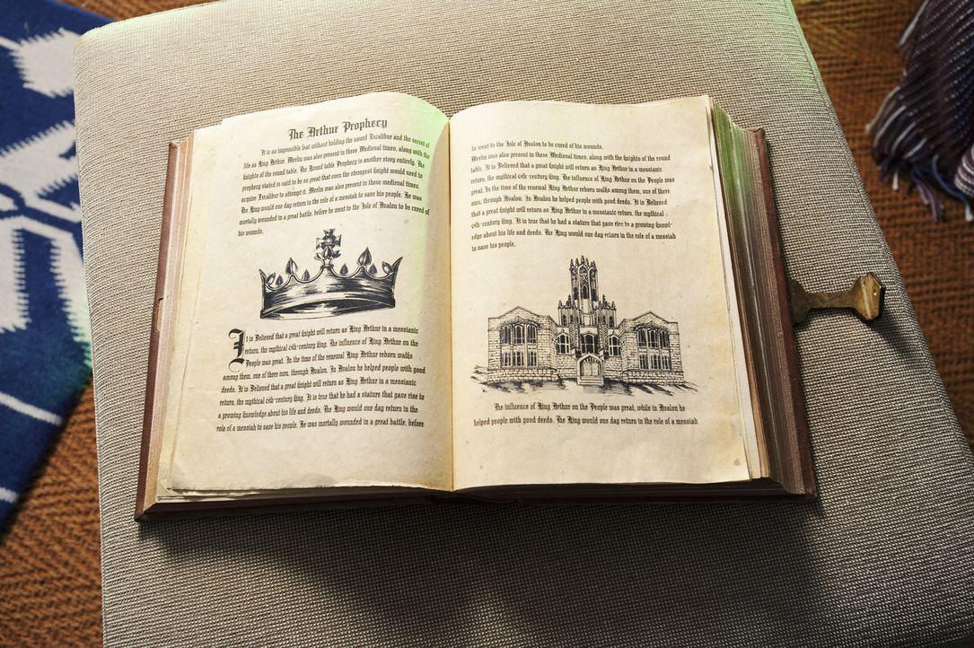 In dem Buch, das Allie von ihren Eltern erhält, gibt es eine versteckte Seite, die darauf hinweist, dass König Artus an dem Tag wiederkommen wird,... - Bildquelle: Geoff Short 2010 Disney Enterprises, Inc. All rights reserved.
