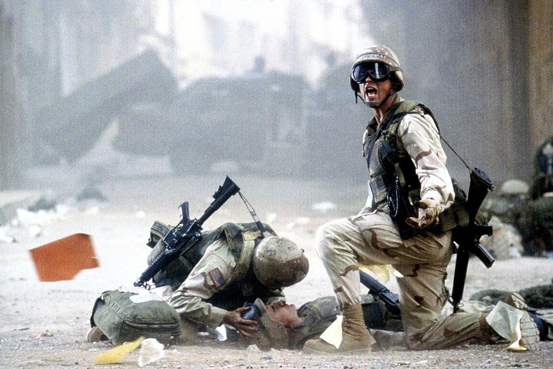 Den US-Truppen droht ein grauenvolles Desaster: Sergeant Matt Eversman (Josh Hartnett, r.) und der verletzte Todd Blackburn (Orlando Bloom, liegend)... - Bildquelle: Columbia Pictures