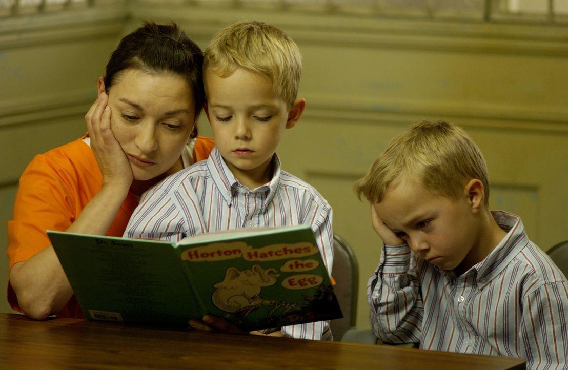 Nimmt ihren Kindern den Vater: Clara Harris (Elizabeth Pena, l.) ... - Bildquelle: 2004 Sony Pictures Television Inc. All Rights Reserved.