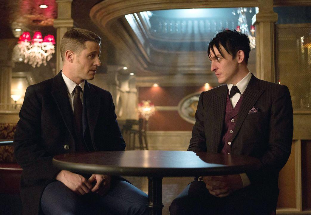 Während Gordon (Ben McKenzie, l.) glaubt, dass es innerhalb der Polizei von Gotham einen Maulwurf gibt, übernimmt Cobblepot (Robin Lord Taylor, r.)... - Bildquelle: Warner Bros. Entertainment, Inc.
