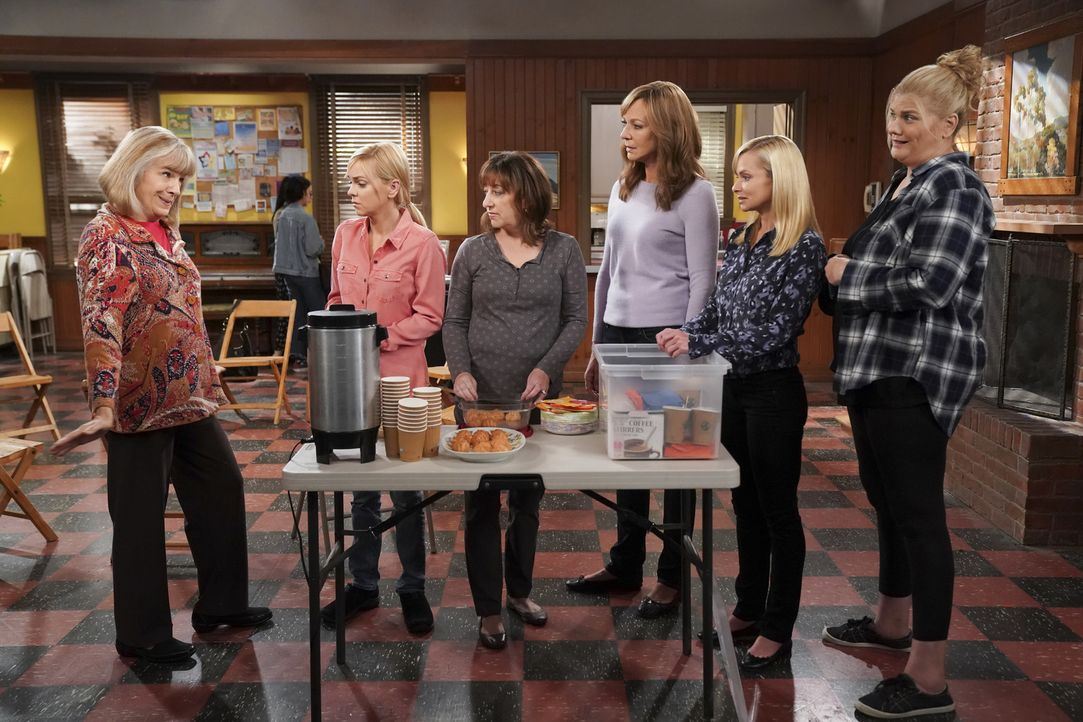 (v.l.n.r.) Marjorie (Mimi Kennedy); Christy (Anna Faris); Wendy (Beth Hall); Bonnie (Allison Janney); Jill (Jaime Pressly); Tammy (Kristen Johnston) - Bildquelle: Sonja Flemming 2018 CBS Broadcasting, Inc. All Rights Reserved.