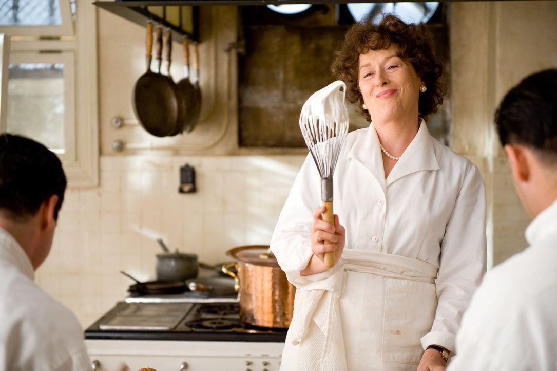 Die amerikanische Diplomatengattin Julia Child (Meryl Streep) sucht nach einer Beschäftigung während der Arbeitszeit ihres Mannes Paul und fasst ein... - Bildquelle: 2009 Columbia Pictures Industries, Inc. All Rights Reserved.