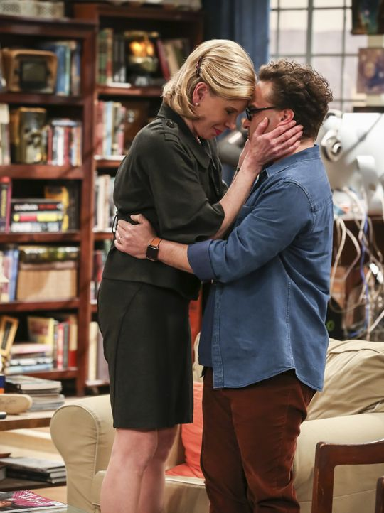 Dr. Beverly Hofstadter (Christine Baranski, l); Leonard Hofstadter (Johnny Galecki, r.) - Bildquelle: Michael Yarish 2019 CBS Broadcasting, Inc. All Rights Reserved / Michael Yarish