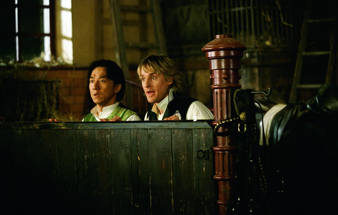 Bei ihren unkonventionellen Nachforschungen stoßen Wang (Jackie Chan, r.) und Roy (Owen Wilson, l.) auf eine Verschwörung rund um die königliche... - Bildquelle: 2002 Touchstone Pictures and Spyglass Entertainment Group, L.P.