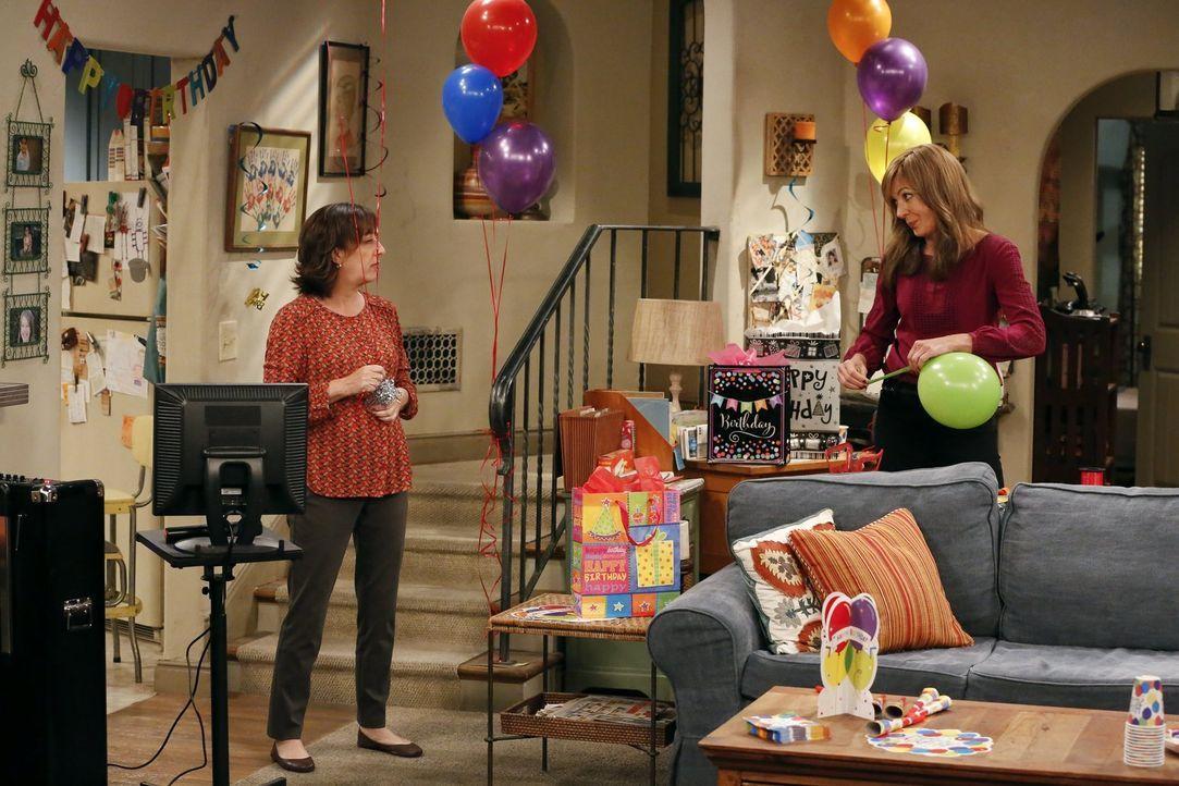 Gemeinsam bereiten Wendy (Beth Hall, l.) und Bonnie (Allison Janney ,r.) eine große Überraschung vor ... - Bildquelle: 2016 Warner Bros. Entertainment, Inc.