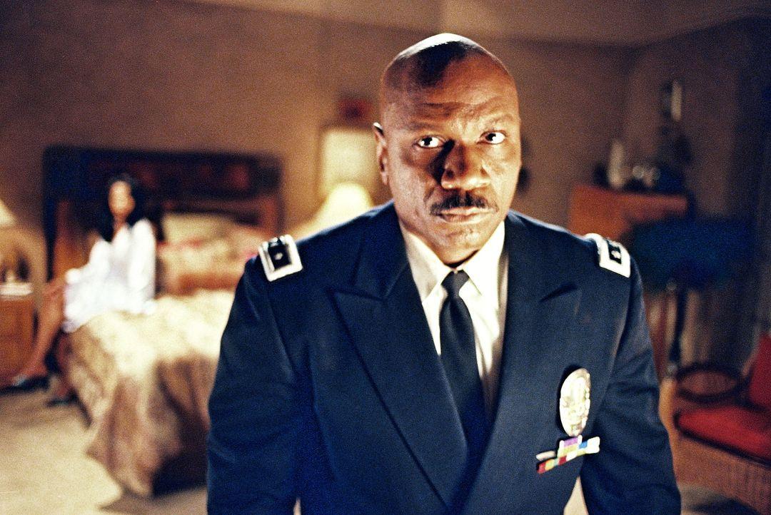 Noch hat der stellvertretende Polizeichef Holland (Ving Rhames) den Falschen im Visier ... - Bildquelle: Tobis Film