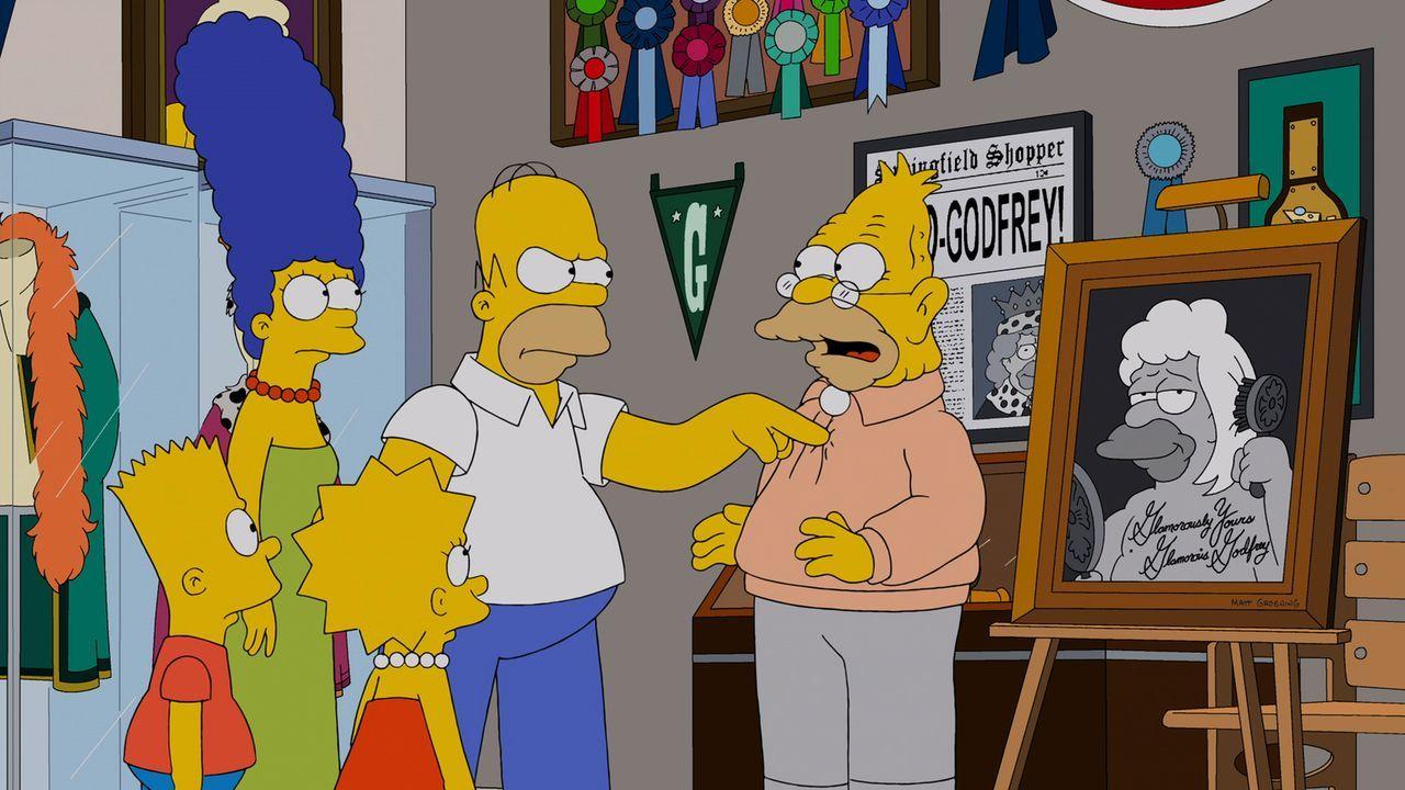 Machen eine Entdeckung über Grampas Vergangenheit: Homer (2.v.r.), Marge (2.v.l.), Lisa (M.) und Bart (l.) ... - Bildquelle: und TM Twentieth Century Fox Film Corporation - Alle Rechte vorbehalten
