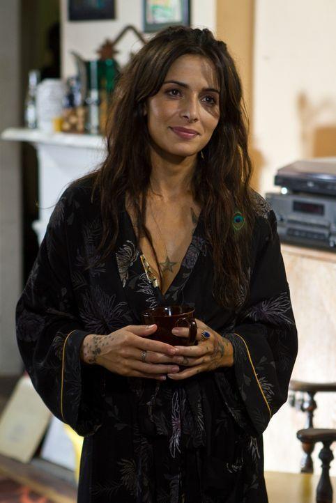 Noch glaubt Lisa (Sarah Shahi), dass ihr Vater dem Morden abgeschworen hat - aber nicht mehr lange ... - Bildquelle: Frank Masi 2012 Constantin Film Verleih GmbH