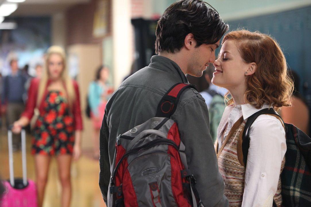 Tessa (Jane Levy, r.) genießt es, dass sich Scott Strauss (Thomas McDonell, M.) für sie entschieden hat - und gegen Dalia (Carly Chaikin, l.) ... - Bildquelle: Warner Brothers