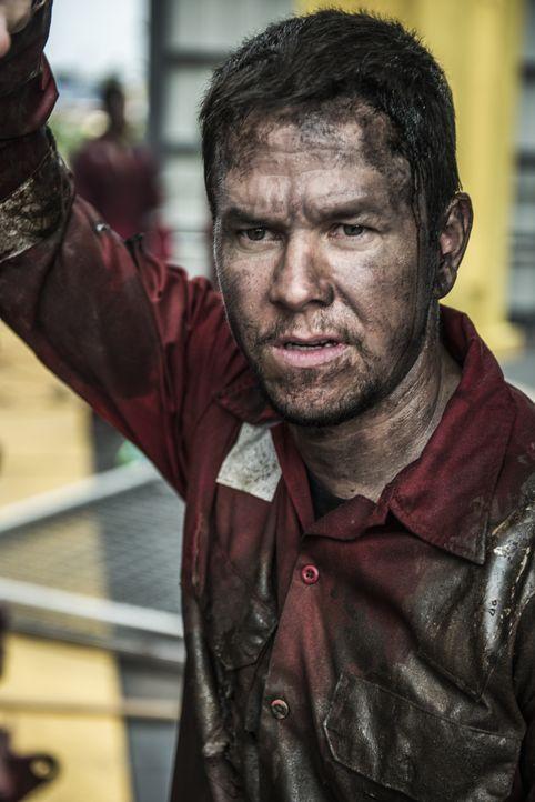 Der Chefelektriker der Deepwater Horizon Ölplattform, Mike Williams (Mark Wahlberg), findet sich schon bald in einem Kampf um Leben und Tod wieder .... - Bildquelle: Enrique Chediak Studiocanal