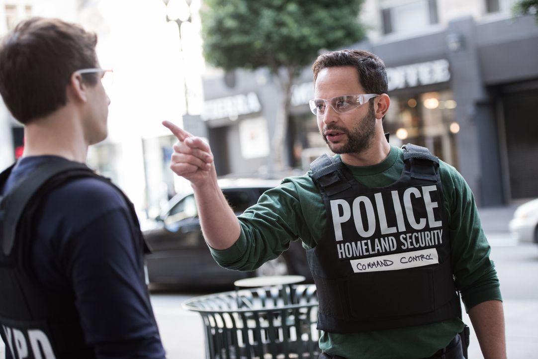 Jake Peralta (Andy Samberg, l.); Agent Kendrick (Nick Kroll, r.) - Bildquelle: Eddy Chen 2014 UNIVERSAL TELEVISION LLC. All rights reserved / Eddy Chen