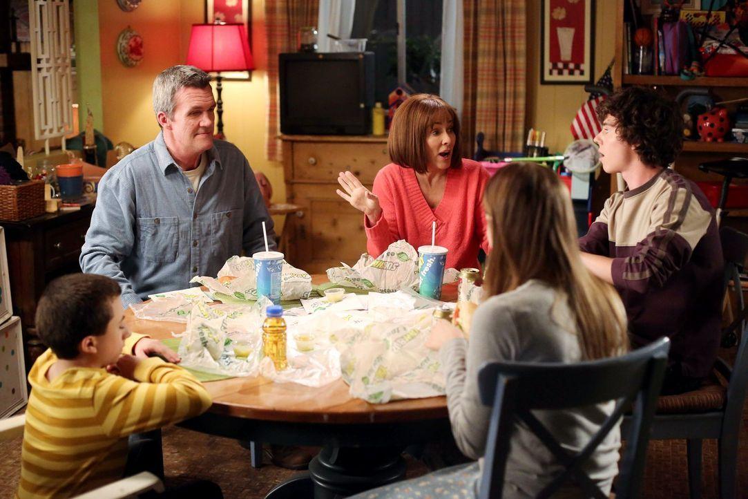 Während Mike (Neil Flynn, hinten l.) und Frankie (Patricia Heaton, hinten r.) kurz vor ihrem 20. Hochzeitstag in Streit geraten, versucht Sue (Eden... - Bildquelle: Warner Brothers