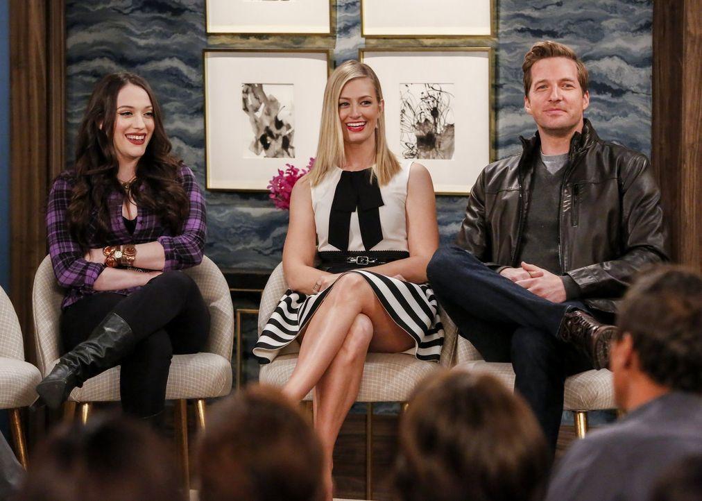 """Als Max (Kat Dennings, l.) und Caroline (Beth Behrs, M.) bei einer Promo-Veranstaltung für den Film """"The Princess and the Ponzi"""" auf Carolines Exfre... - Bildquelle: Warner Bros. Television"""