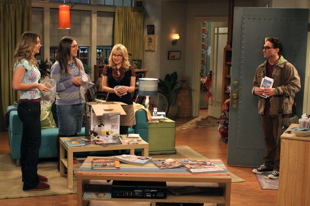 Als Leonard (Johnny Galecki, r.) Penny (Kaley Cuoco, l.) zu einem romantischen Dinner einlädt, sind alle ganz geschockt. Bernadette (Melissa Rauch,... - Bildquelle: Warner Bros. Television