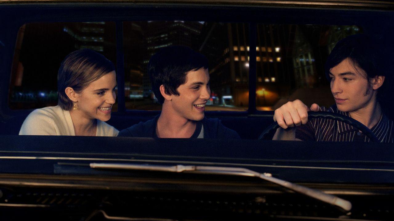 Mit Hilfe der beiden Geschwister Patrick (Ezra Miller, r.) und Sam (Emma Watson, l.) lernt Charlie (Logan Lerman, M.) nicht nur in eine Welt voller... - Bildquelle: John Bramley 2011 Summit Entertainment, LLC.  All rights reserved.