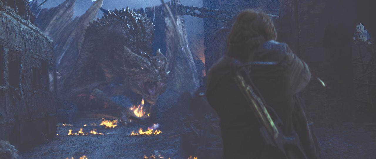 Todesmutig stellt sich Quinn (Christian Bale) dem feuerspeienden Monsterdrachen ... - Bildquelle: Touchstone Pictures und Spyglass Entertainment Group, LP Im Verleih der Buena Vista International